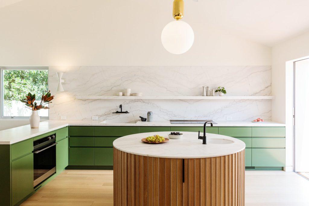 Ronde kookeiland in moderne keuken