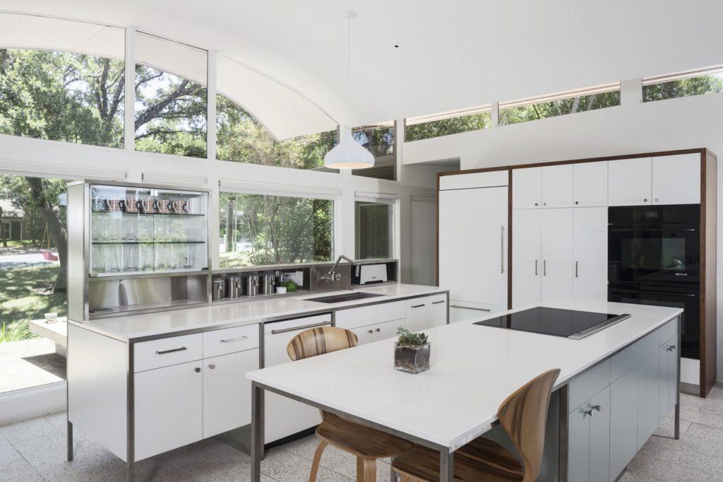 witte moderne keuken met bar