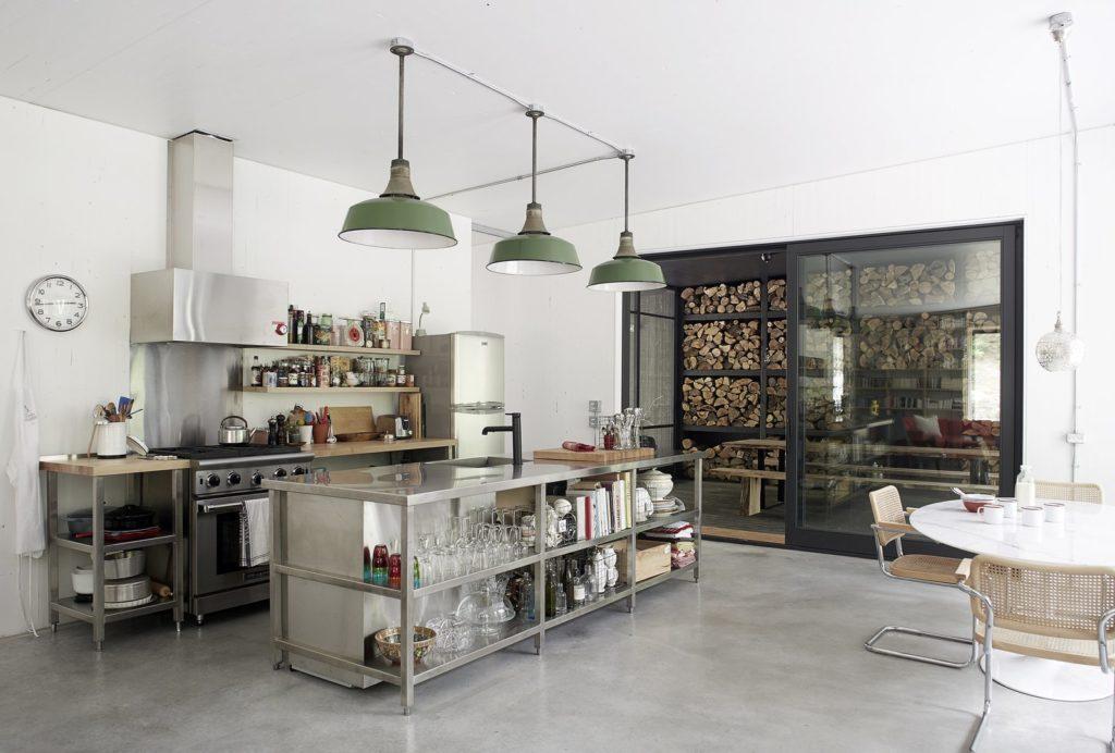 industriele keuken met groot gasfornuis en glazen schuifpui
