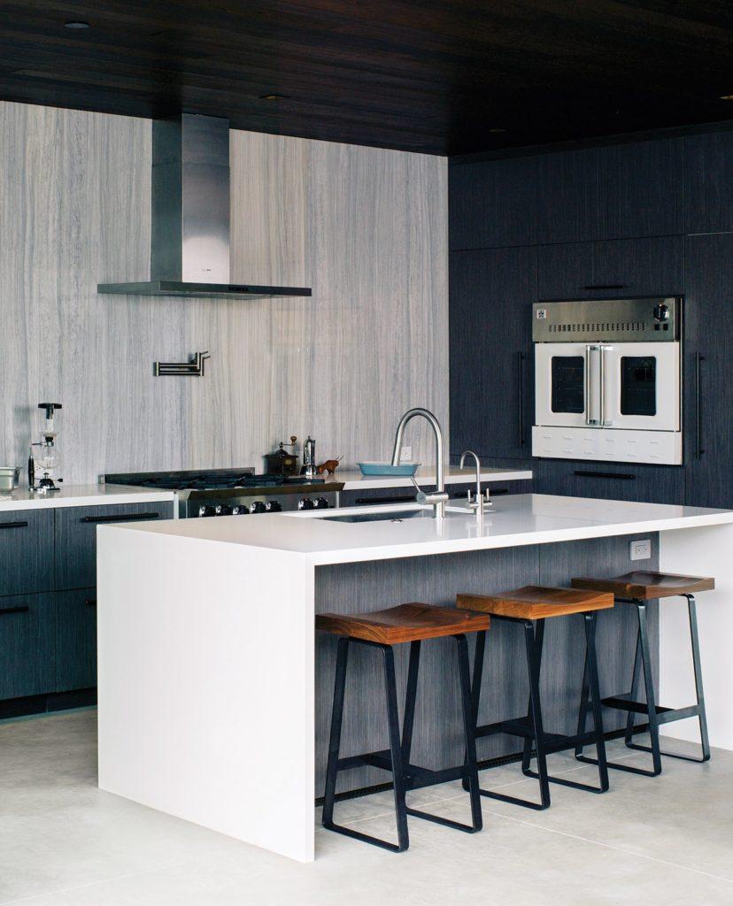 moderne witte keuken met witte oogglans keukenblad en bar