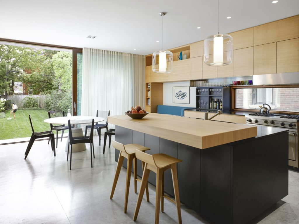 Zwart keukenblok met houten bar