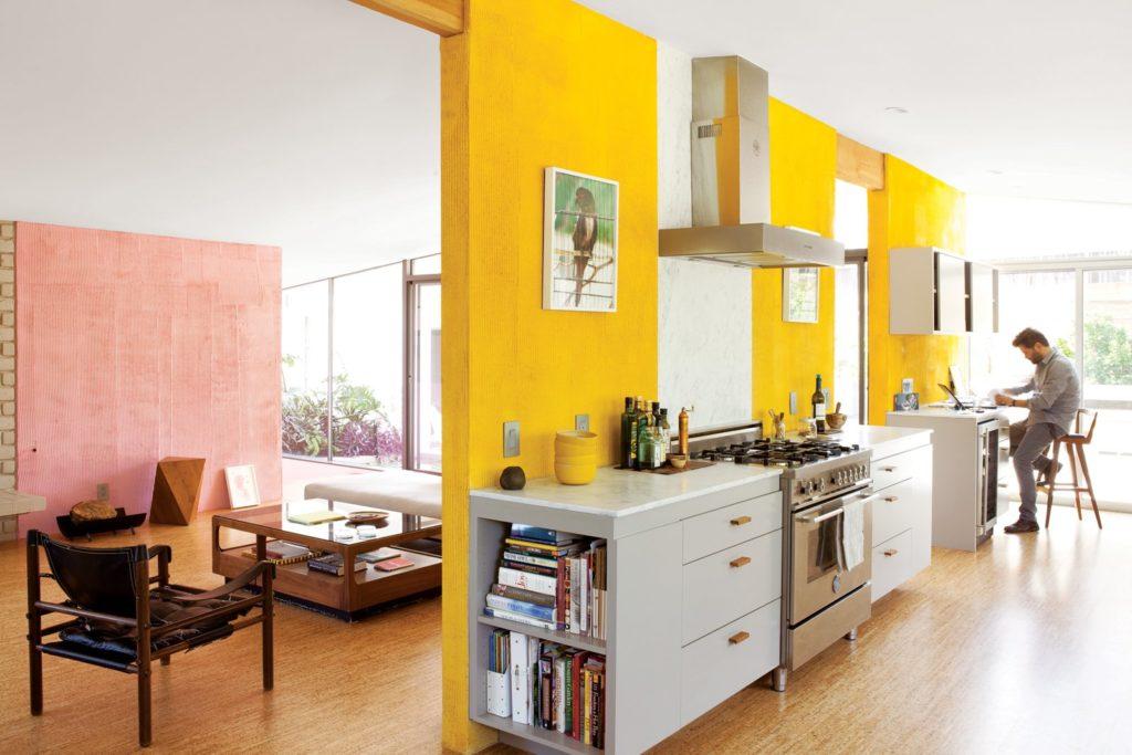 Keukenkastjes langs lange muur met gele strepen