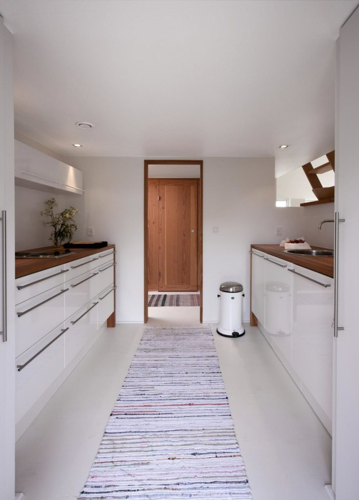 kleine moderne inrichting met houten keukenblad