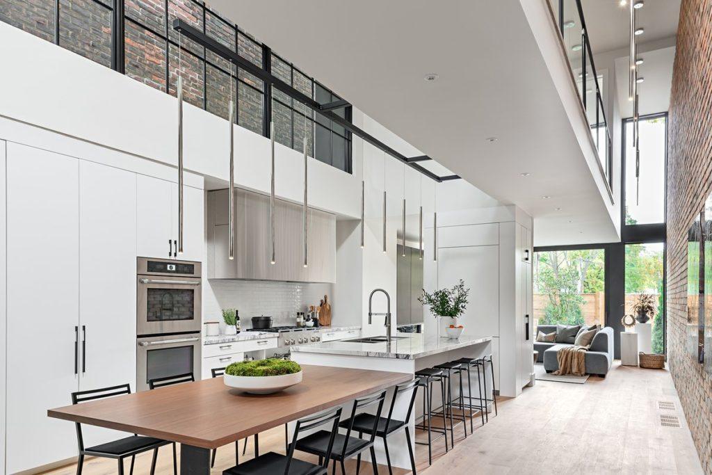 moderne woning met kookeiland en tafel in de verlengde