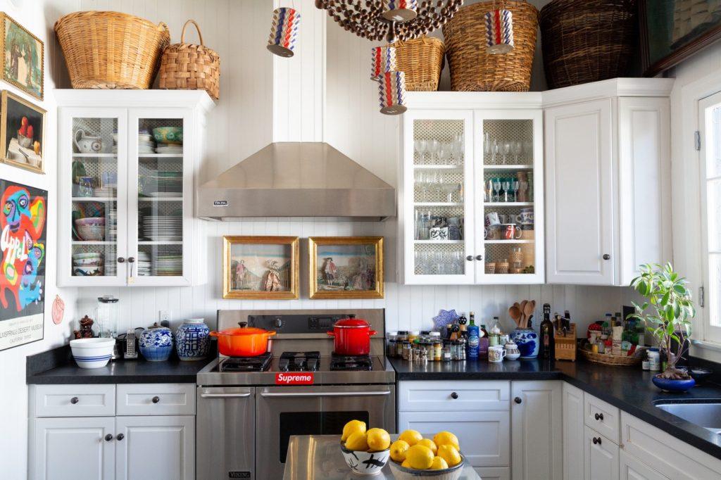 gezellige landelijke stijl met decoratie op het keukenblad