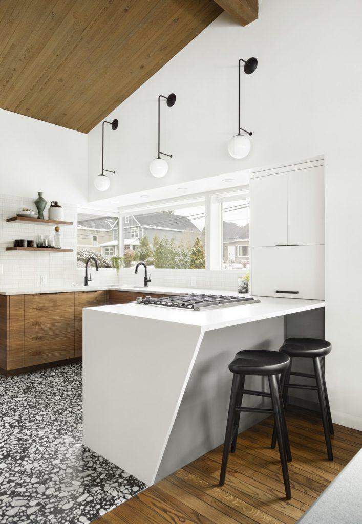 modern en strak keukenontwerp met schiereiland en bar