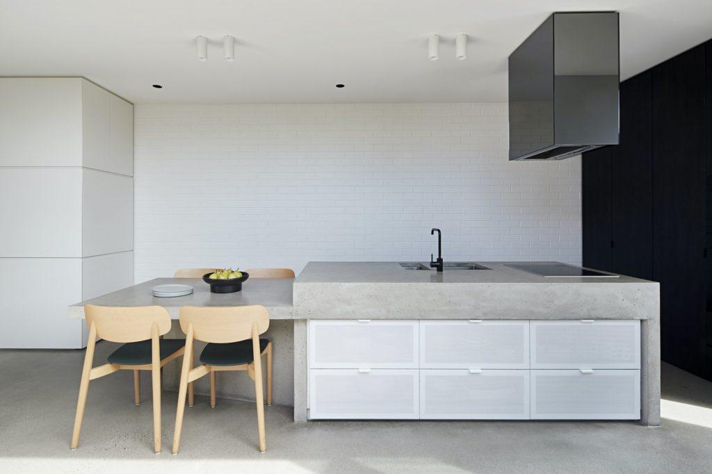strak en minimalistisch keukenontwerp met zwarte afzuigkap