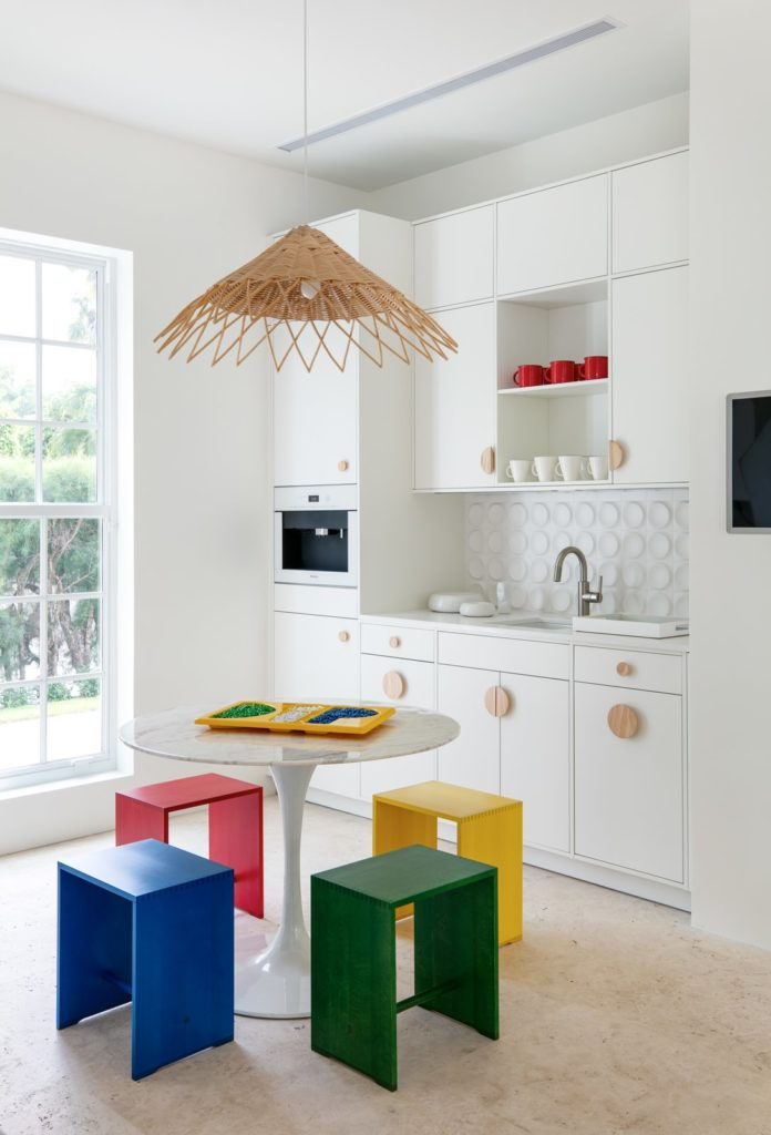 Alternatieve inrichting met unieke greepjes voor keukenkastjes