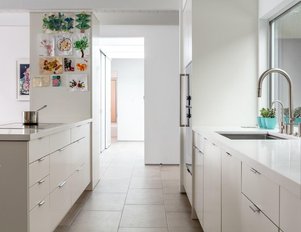 Beige keukenkastjes met kookeiland