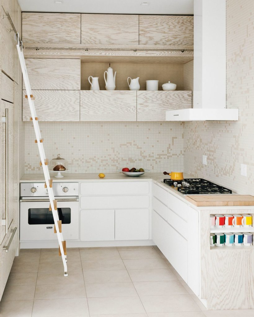 Unieke houten keukenkastjes en moderne  afzuigkap
