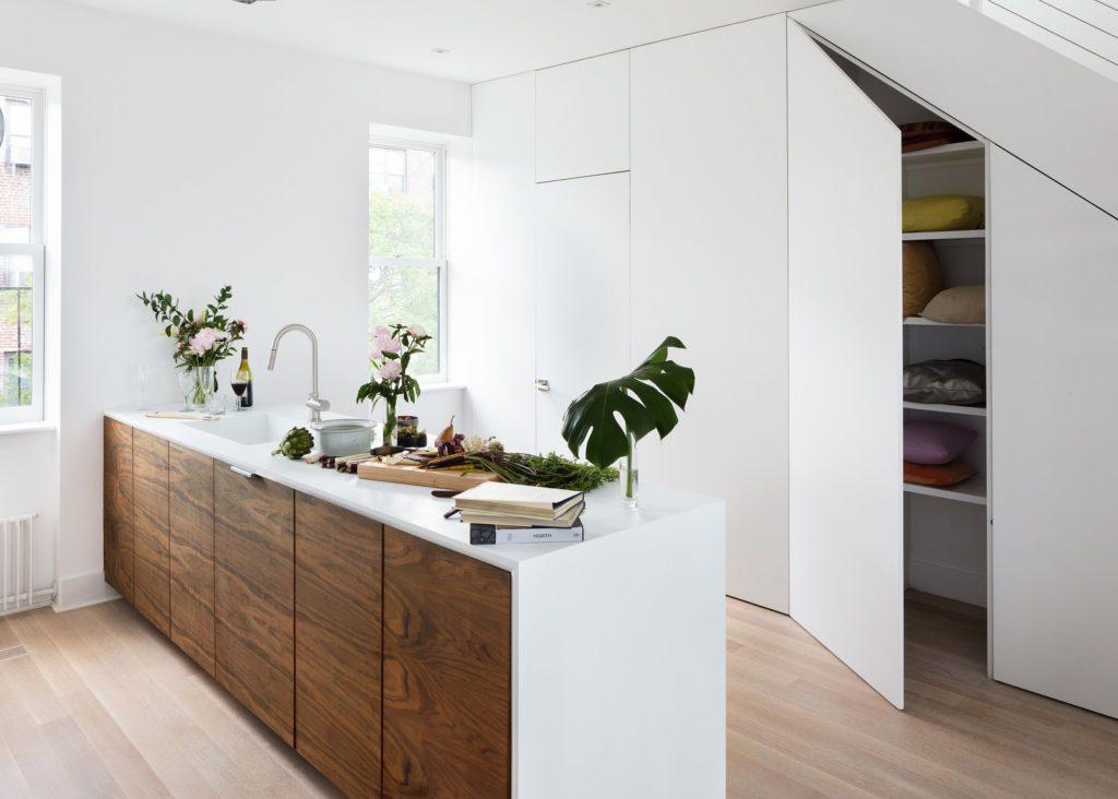 een moderne twist met houten keukenkastjes en wit hoogglans aanrechtblad