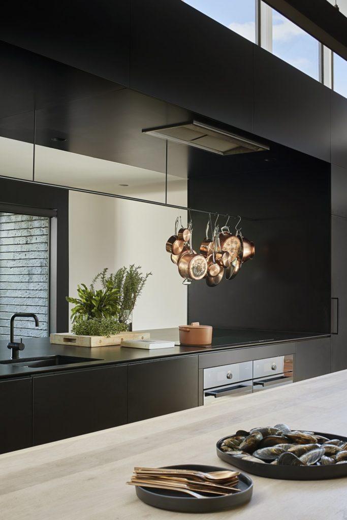 strakke greeploze keukenkastjes en decoratie op keukenblad