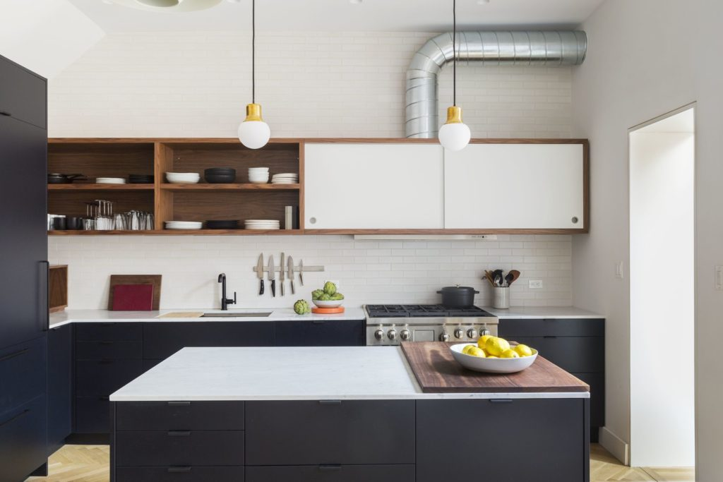 strakke greeploze keukenkastjes met wit aanrechtblad
