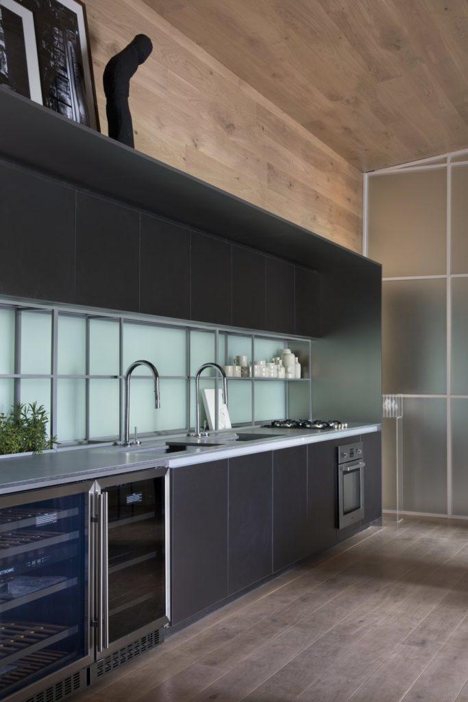 strakke greeploze keukenkastjes met wijnkast en wastafels