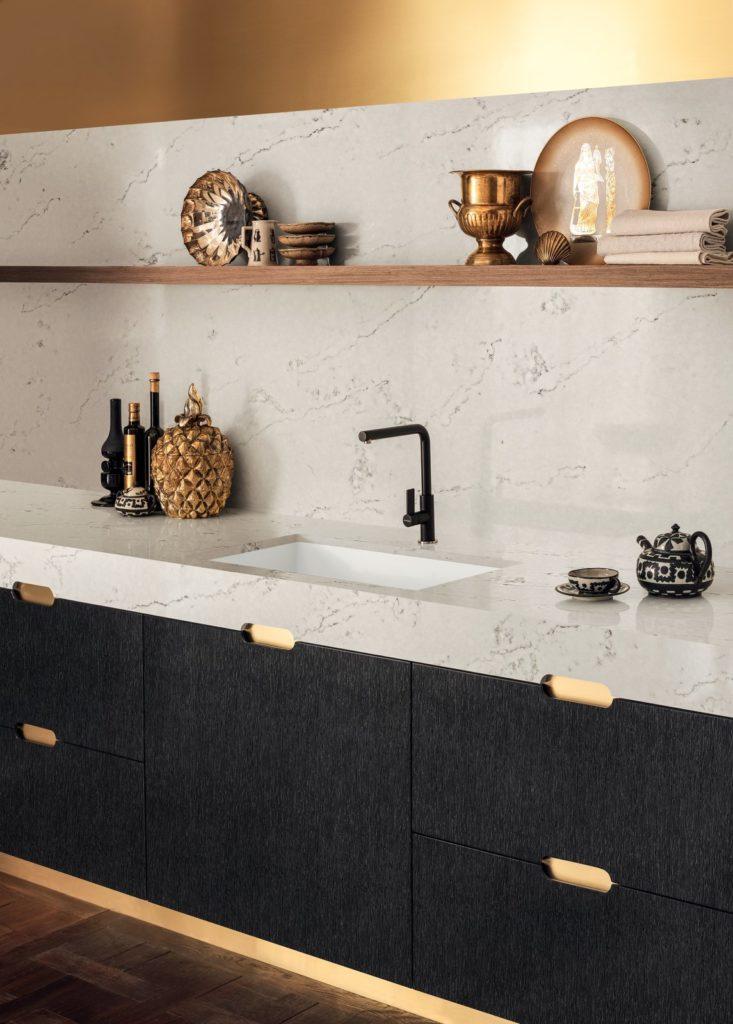 zwart/wite keuken met natuurstenen aanrechtblad en kraan