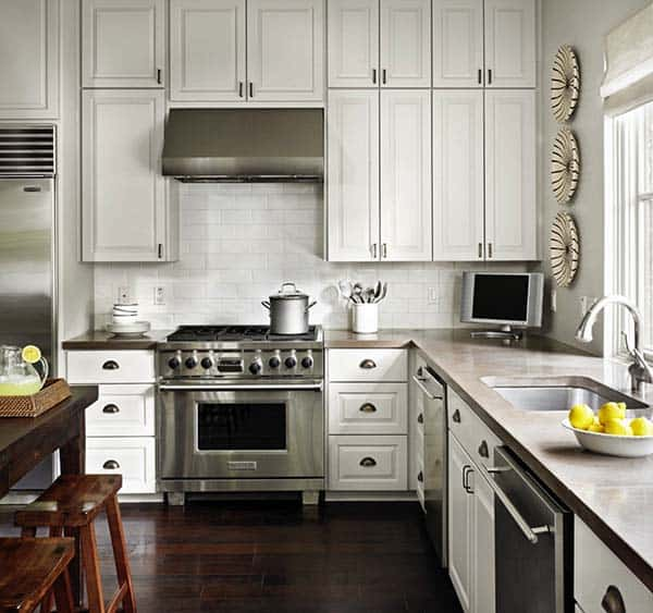 grote witte landelijke keuken met groot rvs gasfornuis
