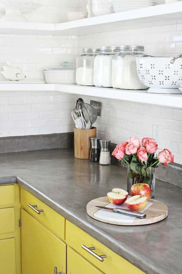 keuken met gele keukenkastjes en grijs keukenblad