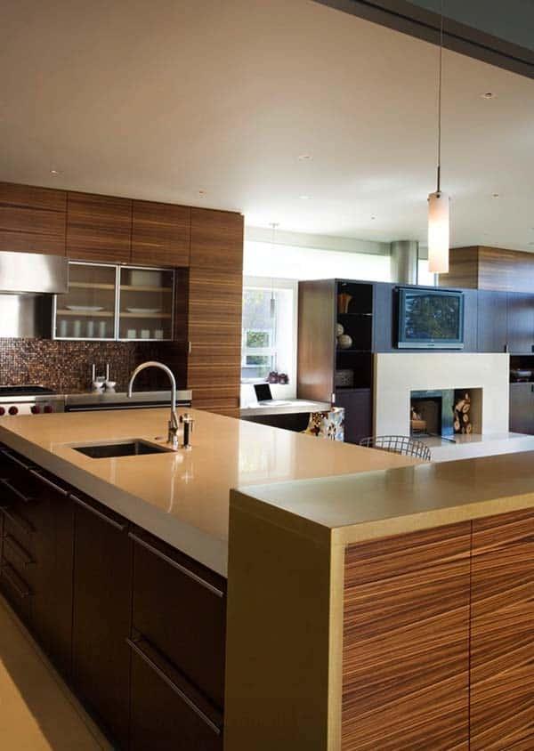 moderne keuken met kookeiland en spoelbak