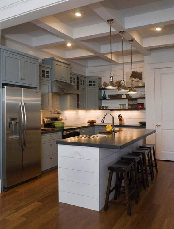 landelijke keuken met wit kookeiland en grijze kasten