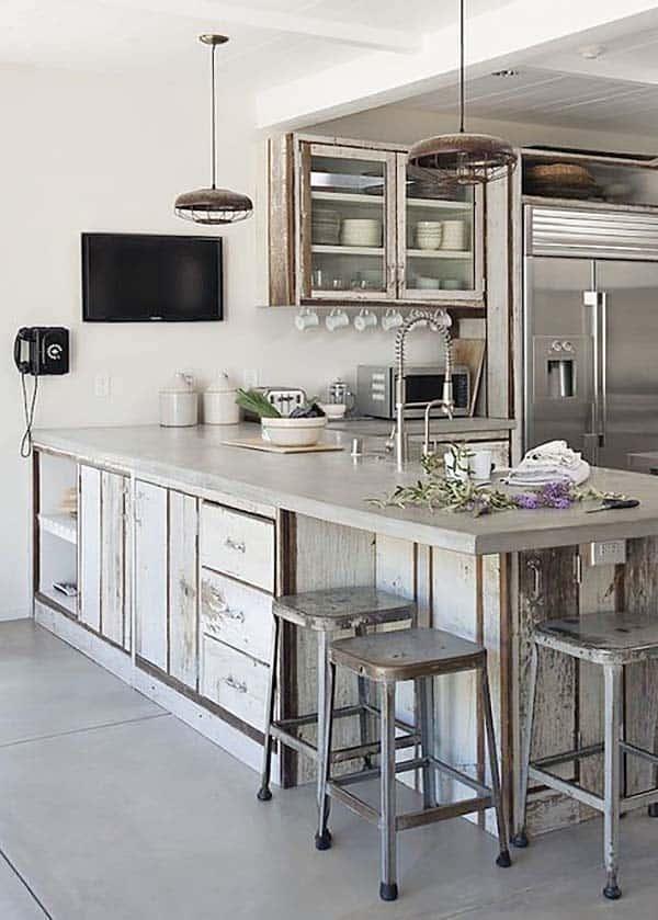 witte industriele keuken met schiereiland en bar