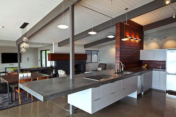moderne witte keuken met schiereiland en grijs keukenblad