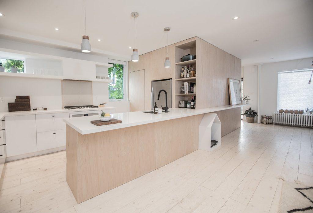 Minimalistische schiereiland keuken met licht hout en wit