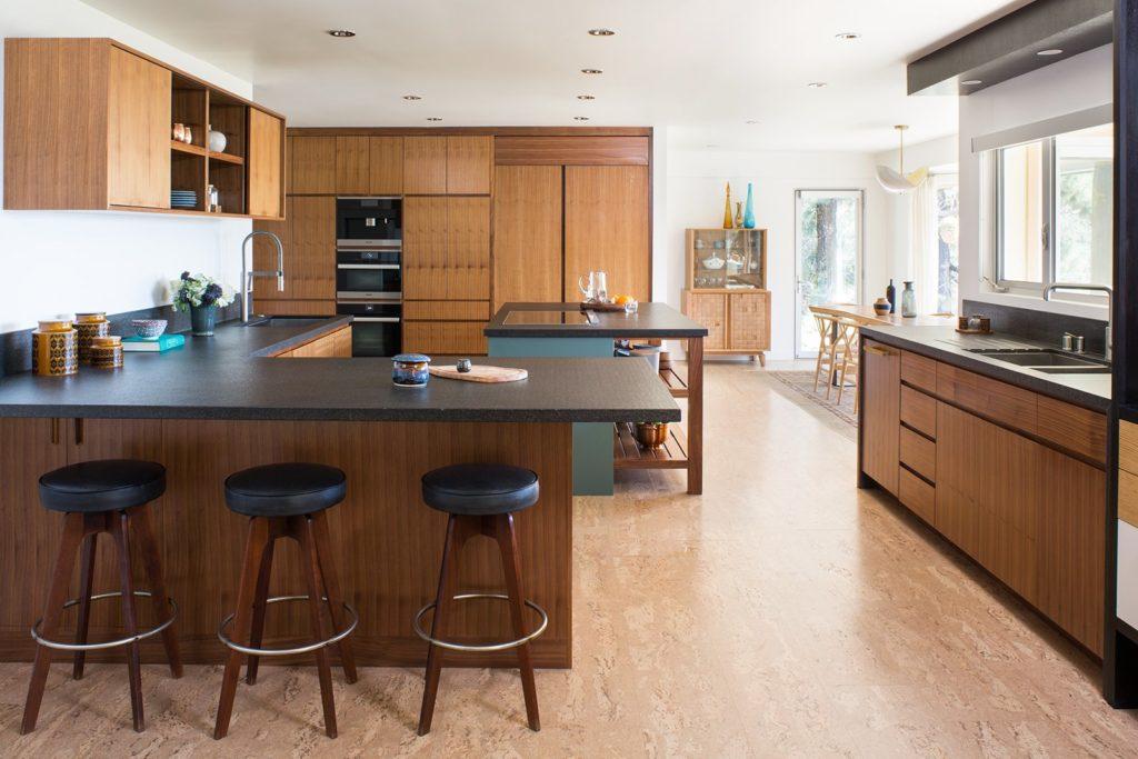 houtens schiereiland keuken met bar en zwart aanrechtblad
