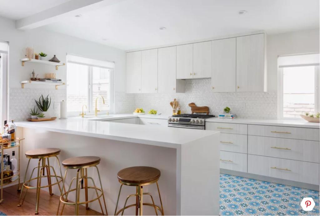 Moderne witte keuken met schiereiland en blauwe vloer