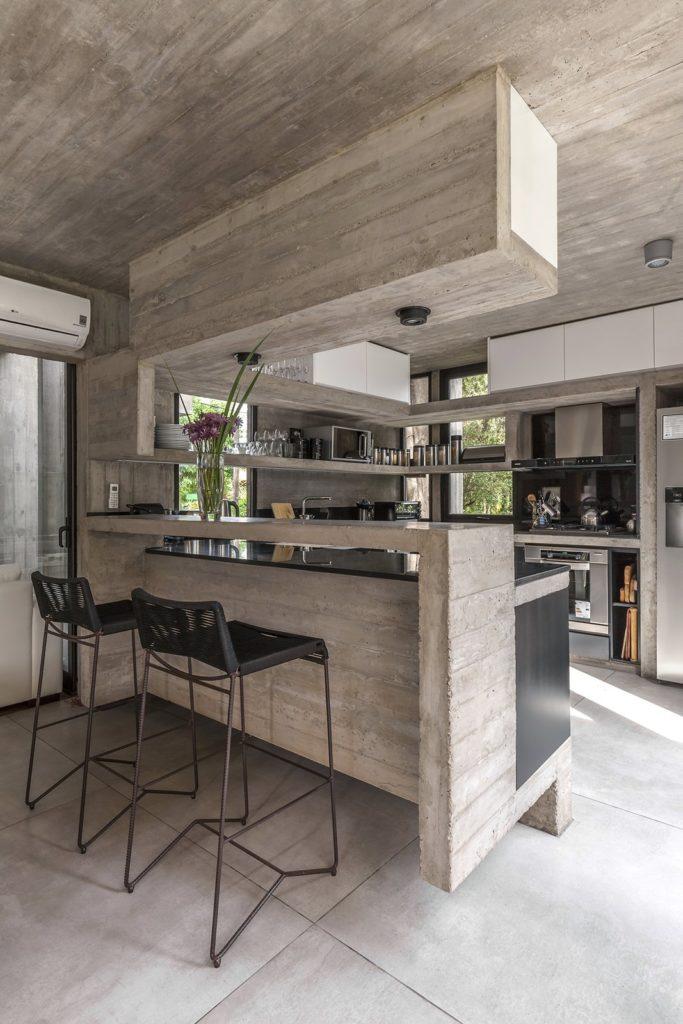 betonlook keukenstijl met bar en spots in het plafond