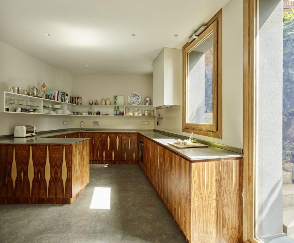 houten keukenkastjes en stenen aanrechtblad