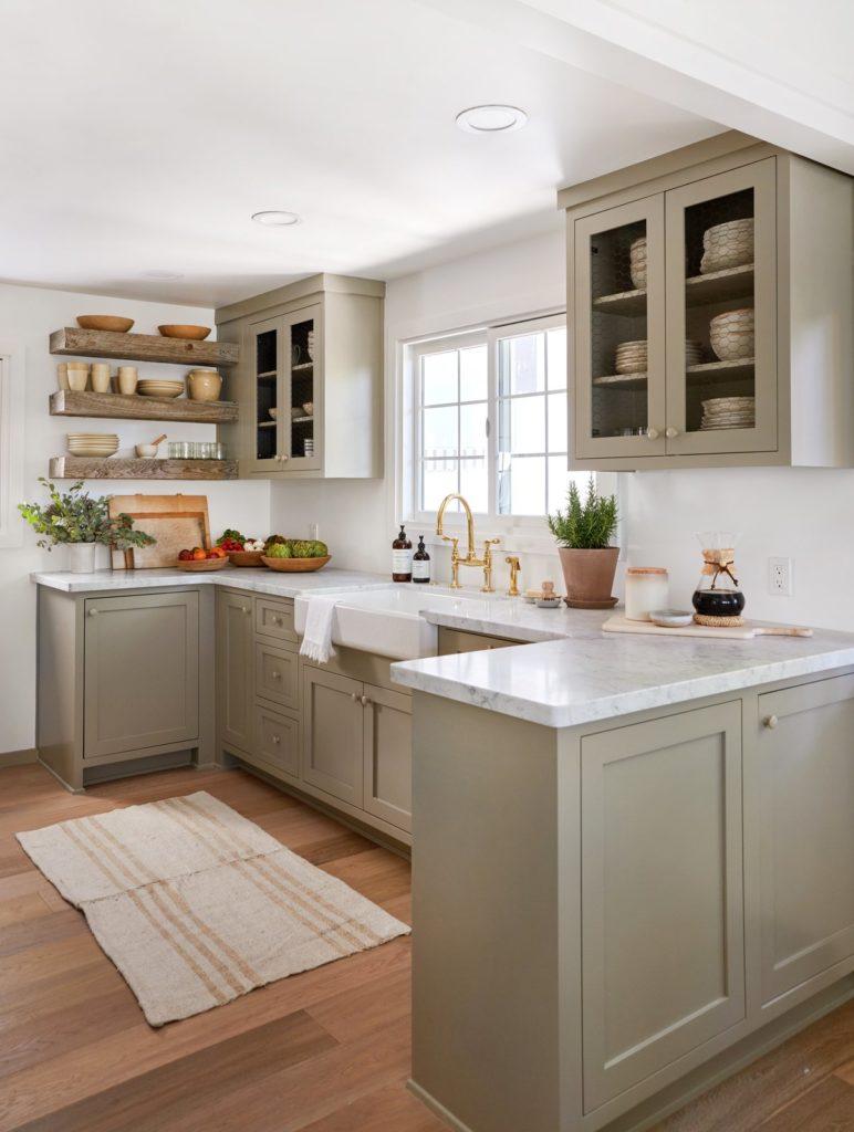 Keukens met schiereiland met taupe keukenkasten en stenen aanrechtblad
