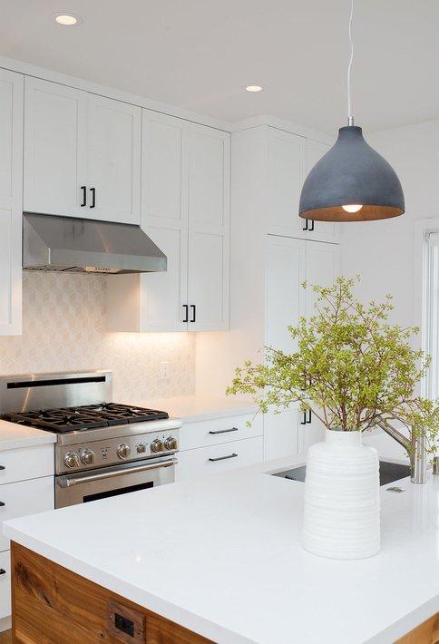 witte keukenkastjes met grote rvs oven en gasfornuis