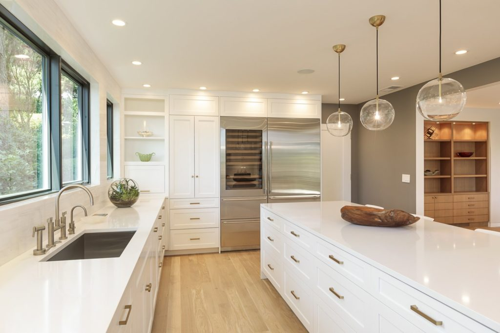 Combinatie tussen keukenstijlen met witte hoogglans keukenkastjes
