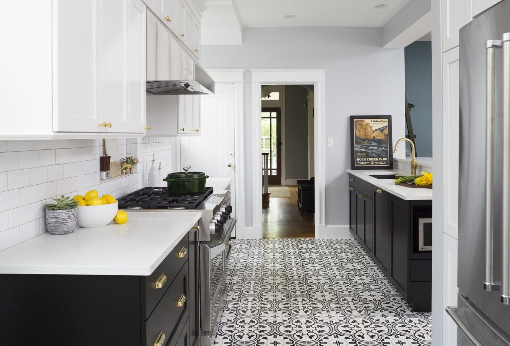 keukentegels met patronen en zwart keukenkastjes met wit keukenblad