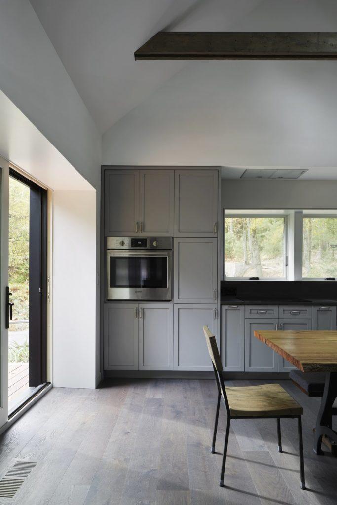 lichtgrijze keukenkastjes en oven