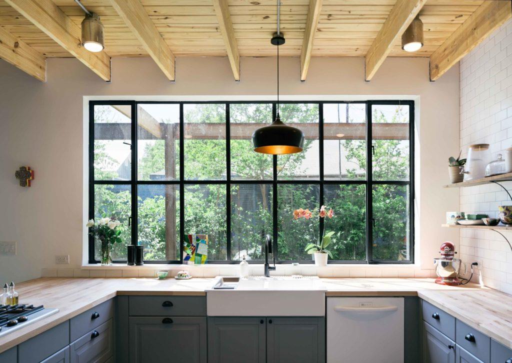 grijze keukenkastjes met houten keukenblad en witte wastafel