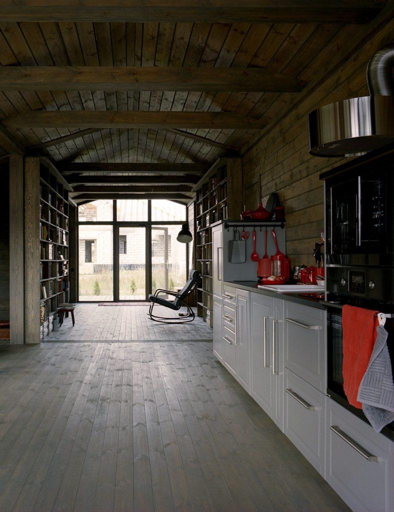 witte keukenkastjes en houten vloer