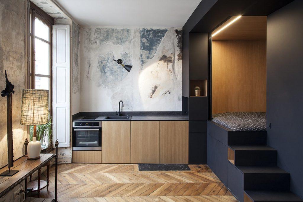 industriele stijl met keukenblok aan de muur en visgraad vloer