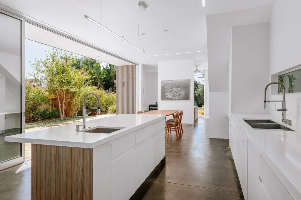 moderne witte hoogglans keukenkastjes en kookeiland