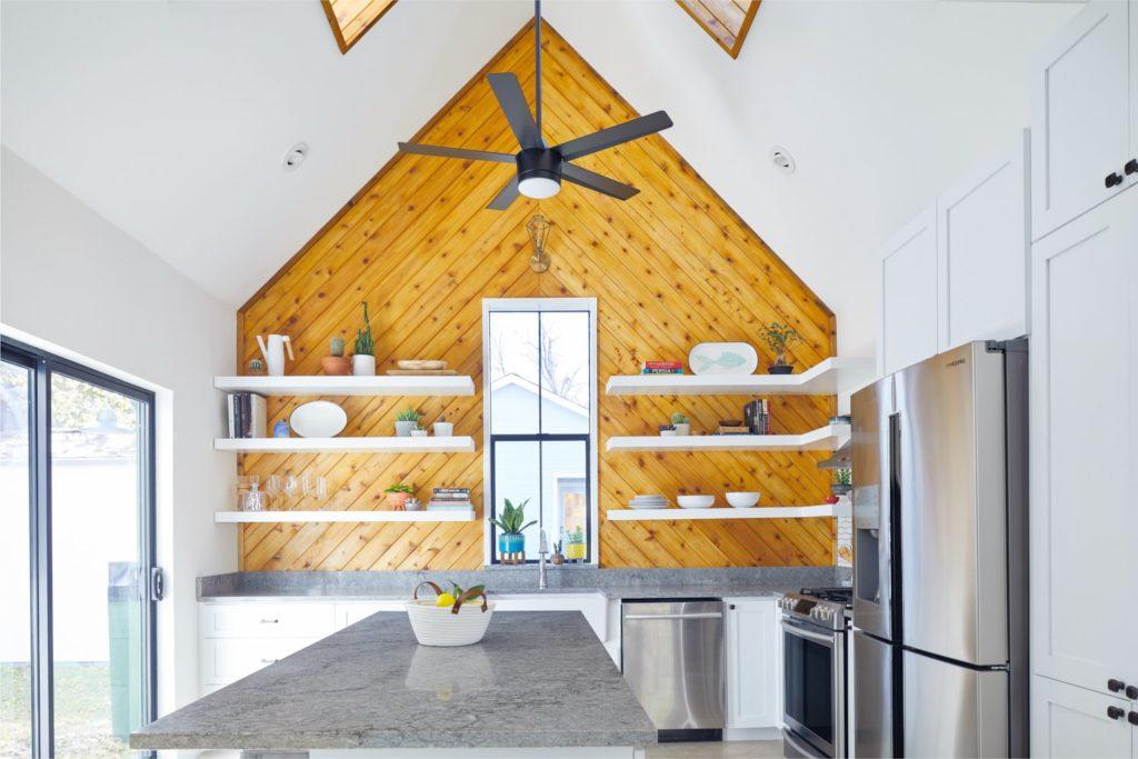 ontwerp met hout tegen de muur en muurplanken