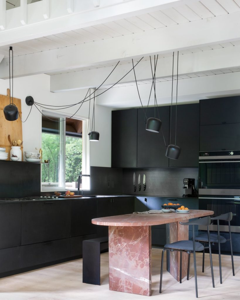 zwarte keukenkastjes met hangende design lampen