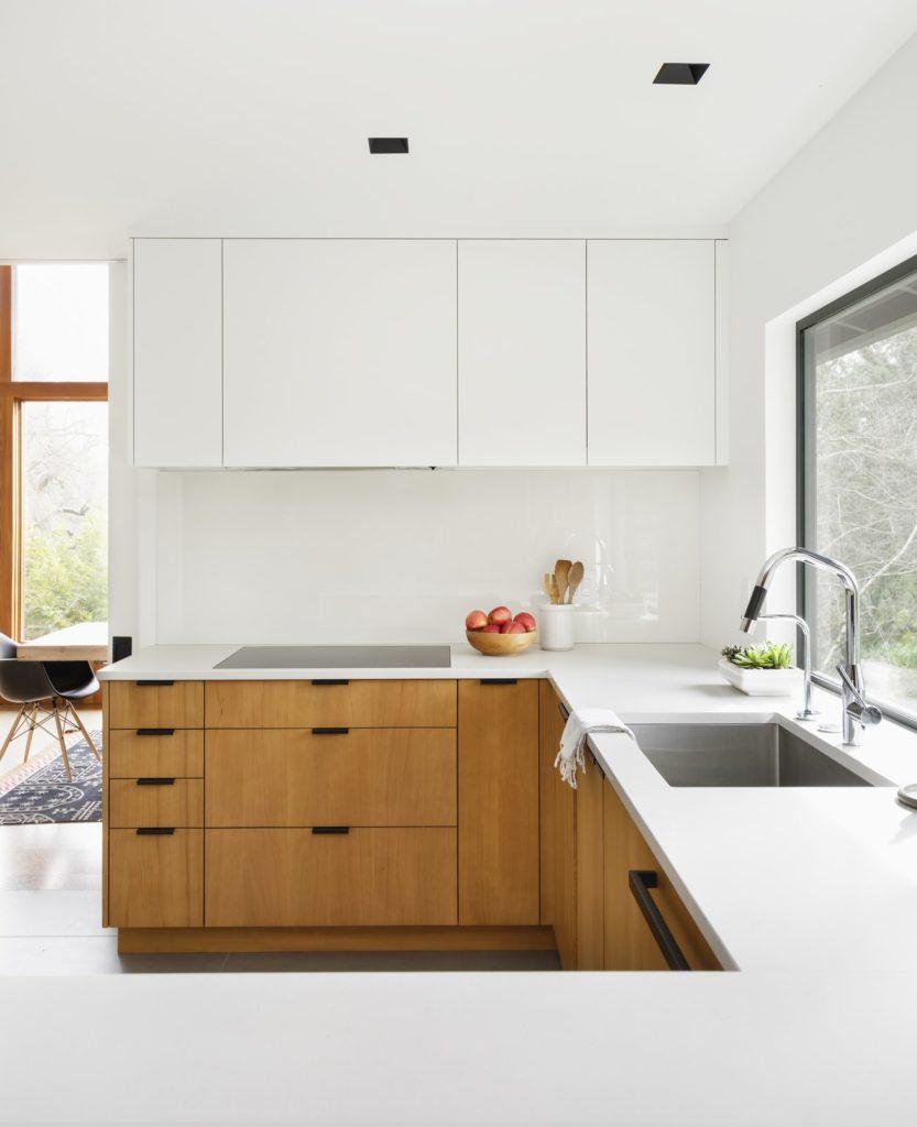 strakke houten met witte keukenkastjes en wastafel