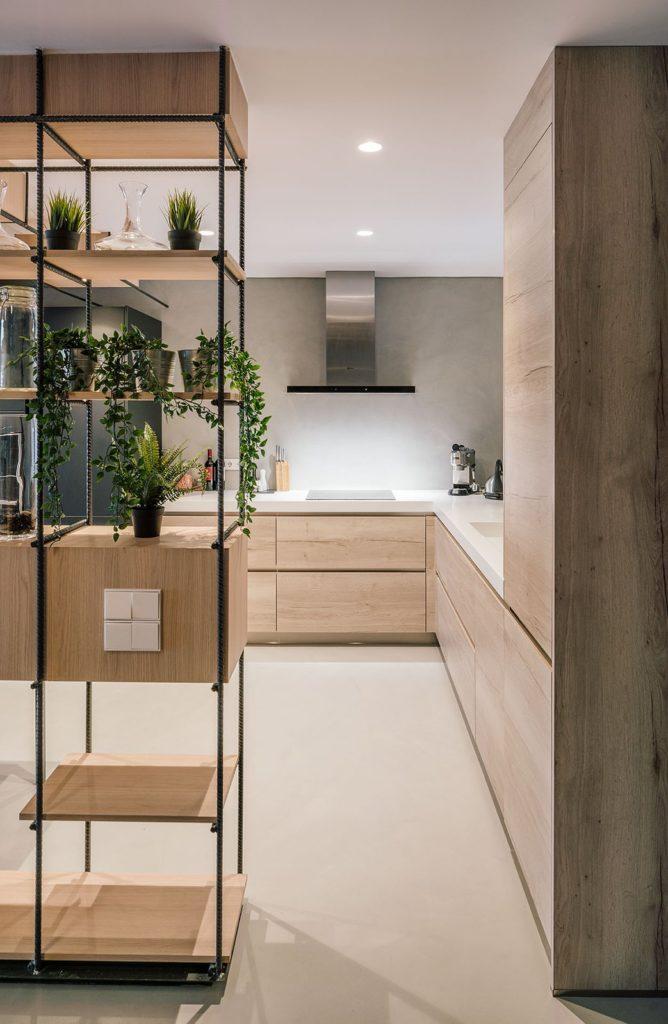 Moderne greeploze keukenkastjes en beton cire muur