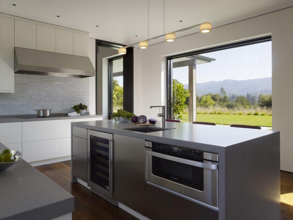 kookeiland met wijnkast en oven