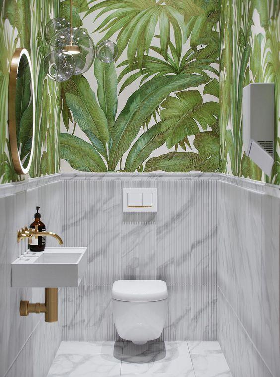 modern groen toilet met behang van planten en lichtgrijze tegels