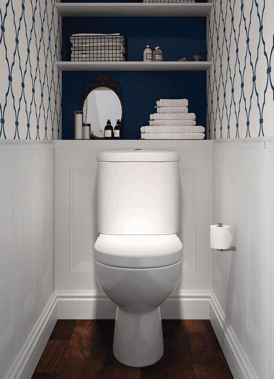 modern blauw toilet met tegels met patroon