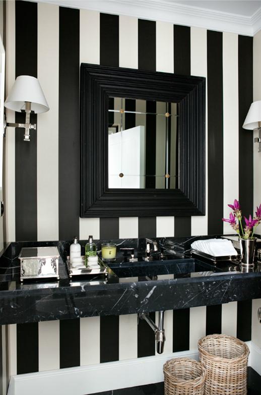 natuurstenen wastafel in zwart met wit toilet