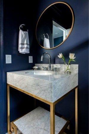 modern blauw toilet met lichtgrijs marmer wastafel