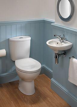 blauw landelijk toilet met witte bovenrand en ronde spiegel