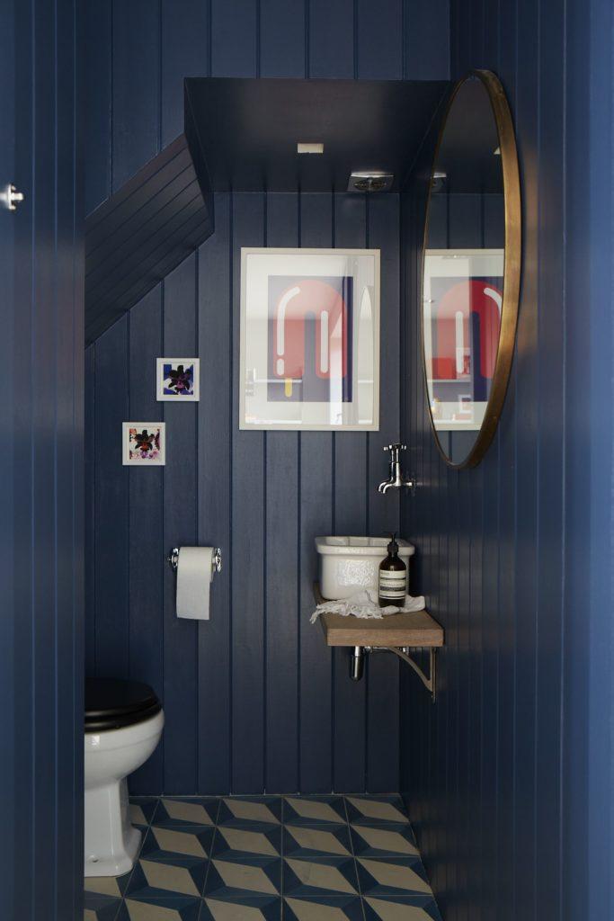 volledig blauw houten toilet